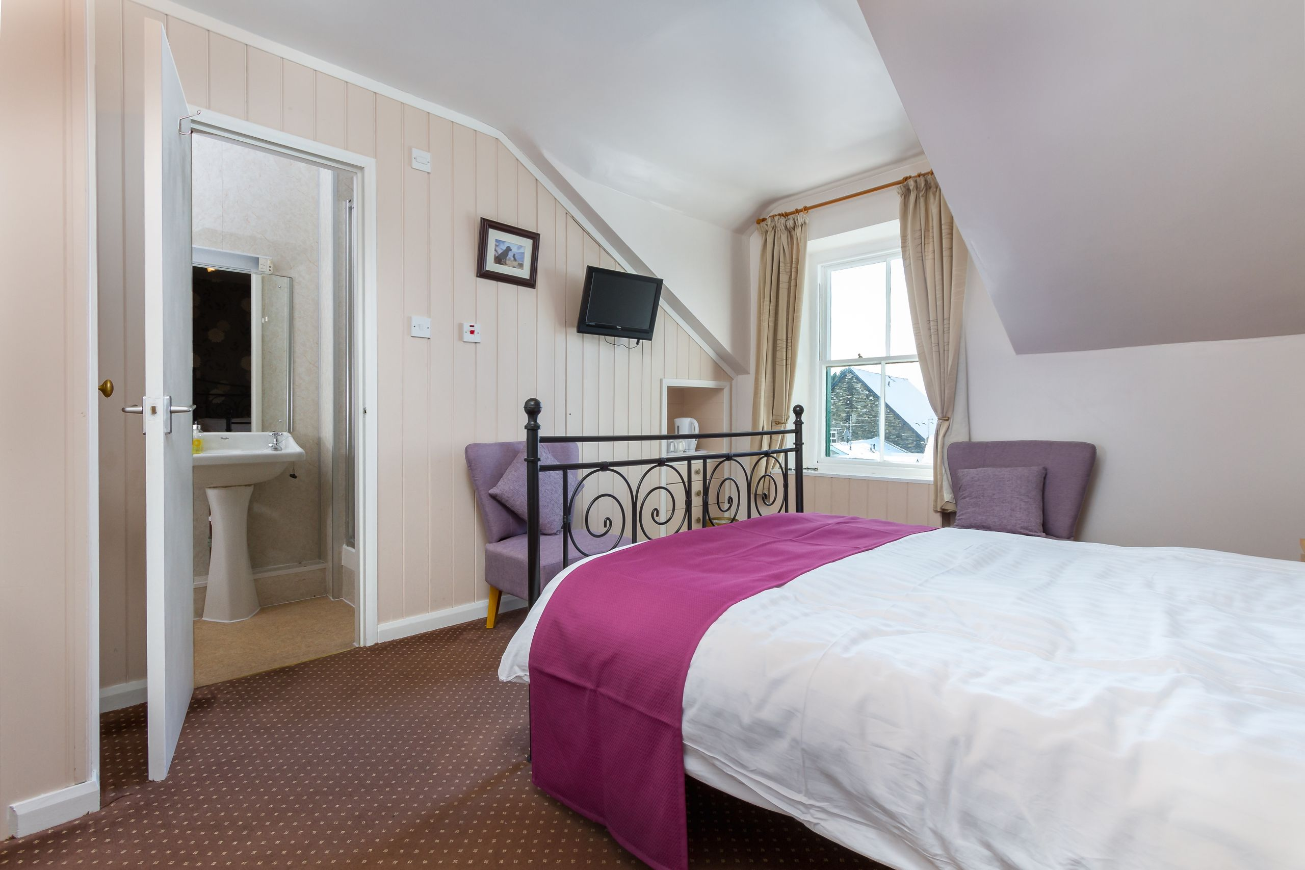 elim-guest-house-windermere-room-6-double-bedroom-with-en-suite-bathroom (2)