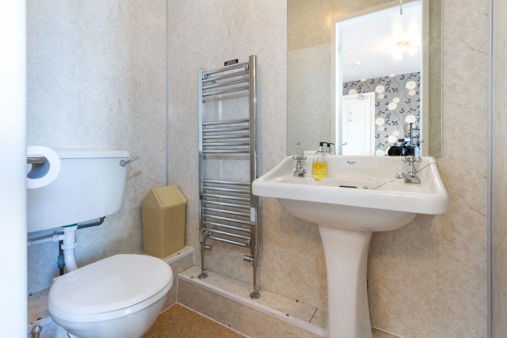 elim-guest-house-windermere-room-6-double-bedroom-with-en-suite-bathroom (3)