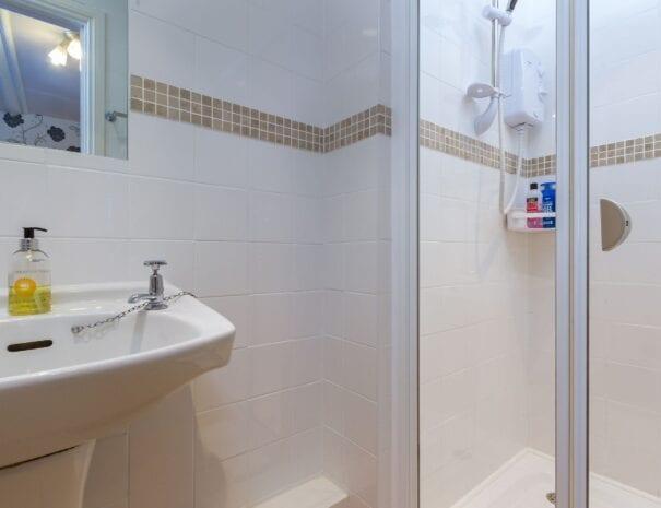 elim-guest-house-windermere-room-7-super-king-bedroom-with-en-suite-bathroom (3)