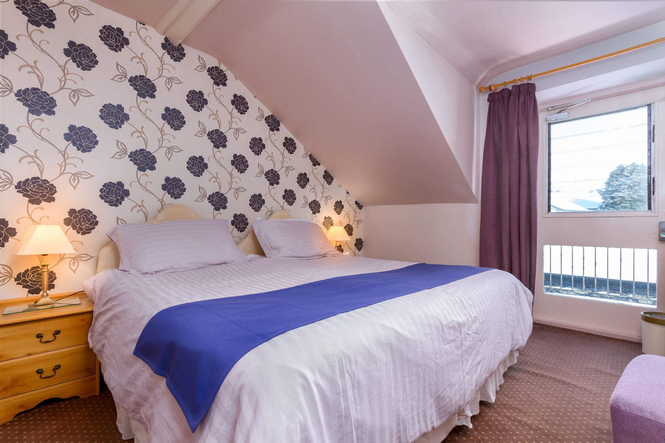elim-guest-house-windermere-room-7-super-king-bedroom-with-en-suite-bathroom (4)