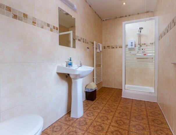 elim-guest-house-windermere-room-8-standard-double-bedroom-with-en-suite-bathroom (2)