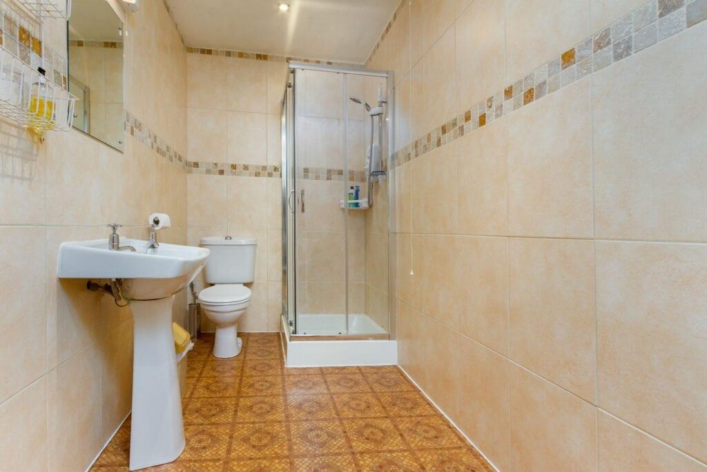 elim-guest-house-windermere-room-9-standard-double-bedroom-with-shower-room